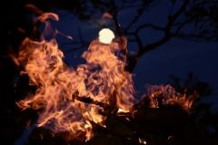 Feuer bei Mondschein
