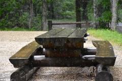 Holztisch im Regen