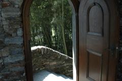 Offene Bogentuere mit Treppenabgang